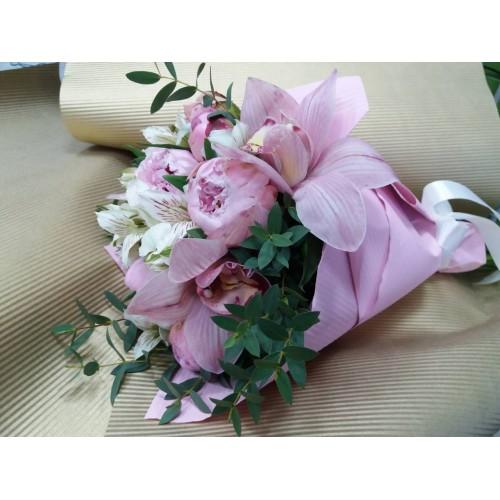 Букет цветов из пионов и орхидей
